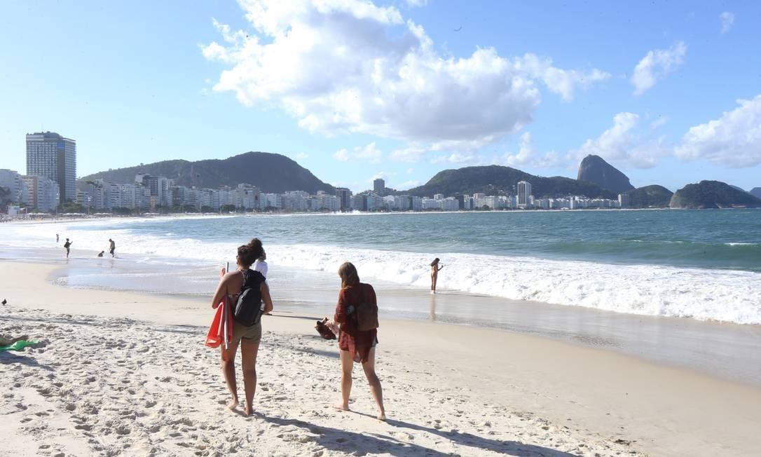 Nesta foto do dia 6 de junho deste ano é possível ter ideia da extensão de areia que foi levada pelo mar durante uma semana de ressaca que atingiu o litoral do Rio Foto: Guilherme Pinto / Agência O Globo