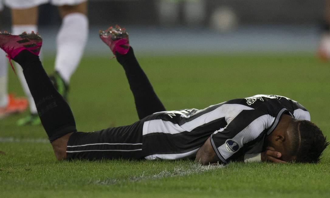 O desespero de Alex Santana ao perder boa chance no jogo no Nilton Santos Foto: Alexandre Cassiano / Alexandre Cassiano
