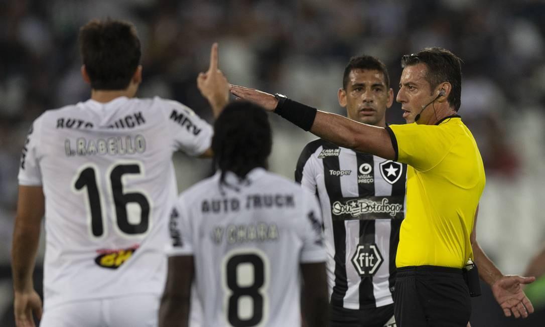 O árbitro Raphael Claus na partida entre Botafogo e Atlético-MG, pela Sul-Americana Foto: Alexandre Cassiano