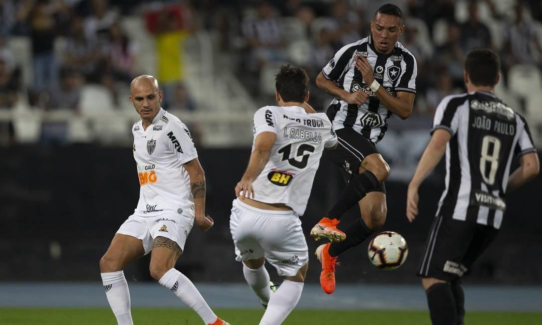 Luiz Fernando divide a bola com Igor Rabello no Nilton Santos Foto: Alexandre Cassiano / Alexandre Cassiano