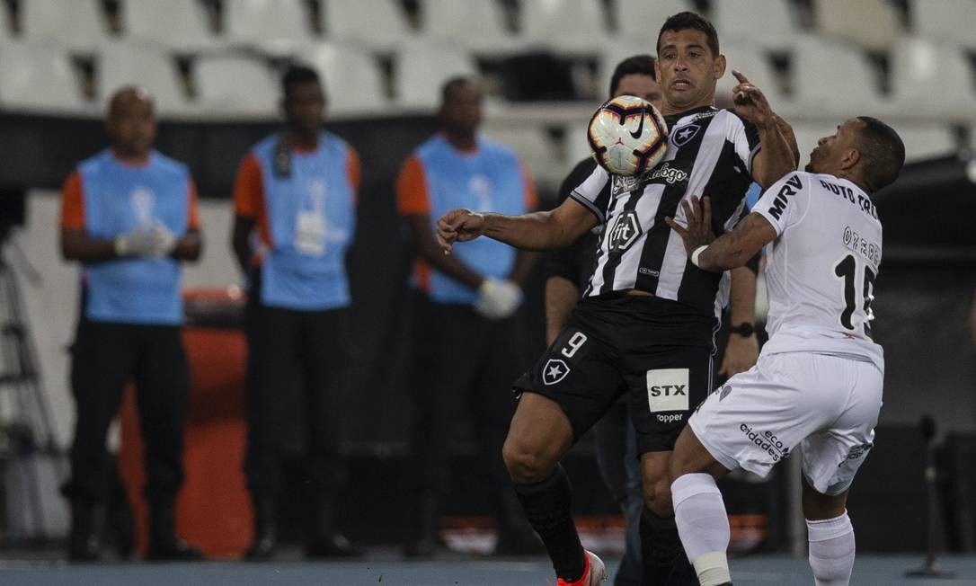 Diego Souza domina a bola na partida no Nilton Santos Foto: Alexandre Cassiano / Alexandre Cassiano