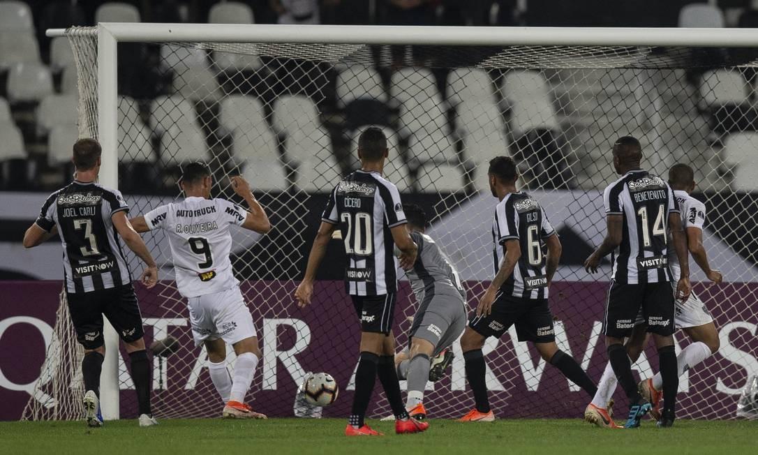 No segundo tempo, árbitro anulou gol do Atlético-MG Foto: Alexandre Cassiano