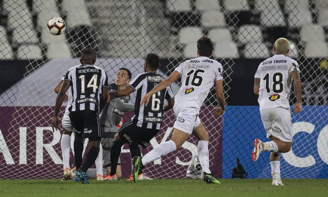 Gatito observa a bola na área do Botafogo na partida contra o Atlético-MG Foto: Alexandre Cassiano / Alexandre Cassiano