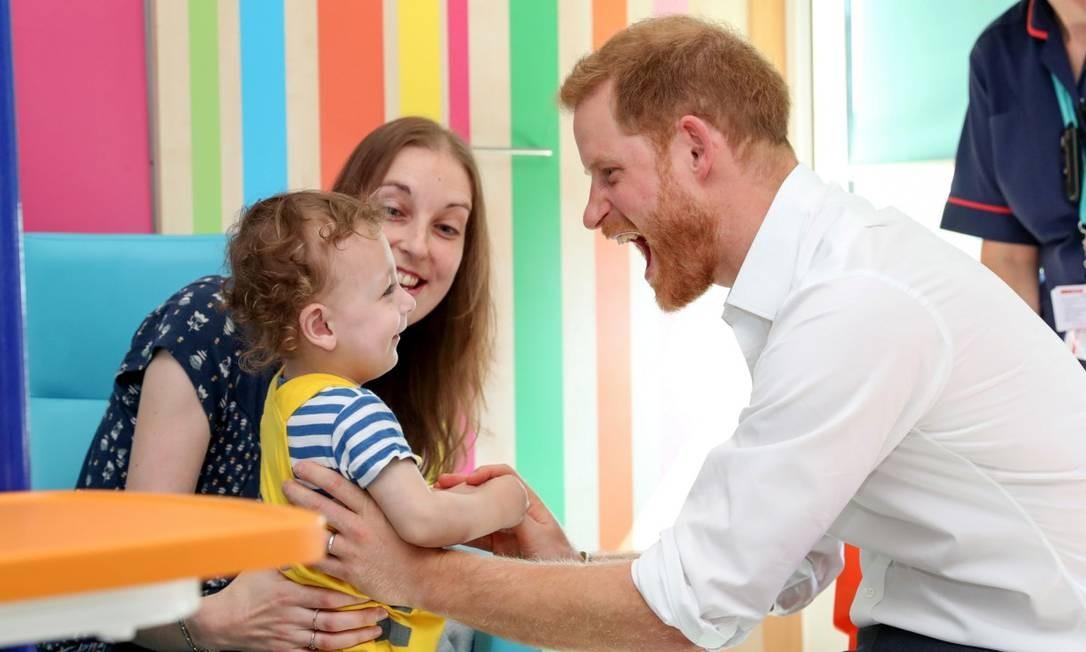 Alguém duvida de que Harry é um superpai? Em visita ao Sheffield Children's Hospital 30 anos após a de Lady Di, ele se divertiu com pacientes como Noah, de 1 ano Foto: POOL / REUTERS