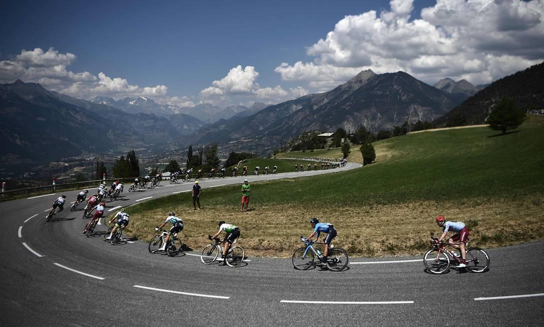 Ciclistas participam da 18ª etapa da 106ª edição da corrida de ciclismo Tour de France, entre Embrun e Valloire Foto: ANNE-CHRISTINE POUJOULAT / AFP