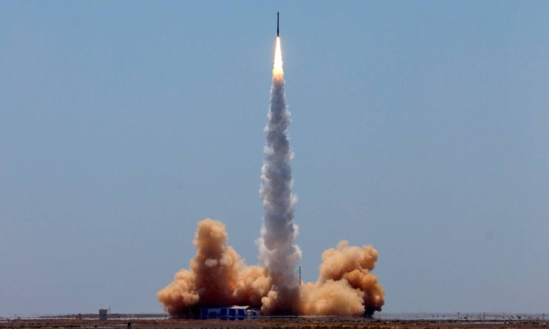 Foguete transportando dois satélites decola do Centro de Lançamento de Satélites de Jiuquan, na província de Gansu, noroeste da China. Uma startup chinesa lançou com sucesso o primeiro foguete comercial do país capaz de transportar satélites, acirrando a corrida entre a China e EUA Foto: STR / AFP