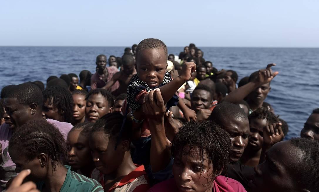 Imigrantes esperam ser resgatados por membros de ONG no Mar Mediterrâneo, cerca de 12 milhas náuticas ao norte da Líbia, em 4 de outubro de 2016 Foto: Aris Messinis / AFP