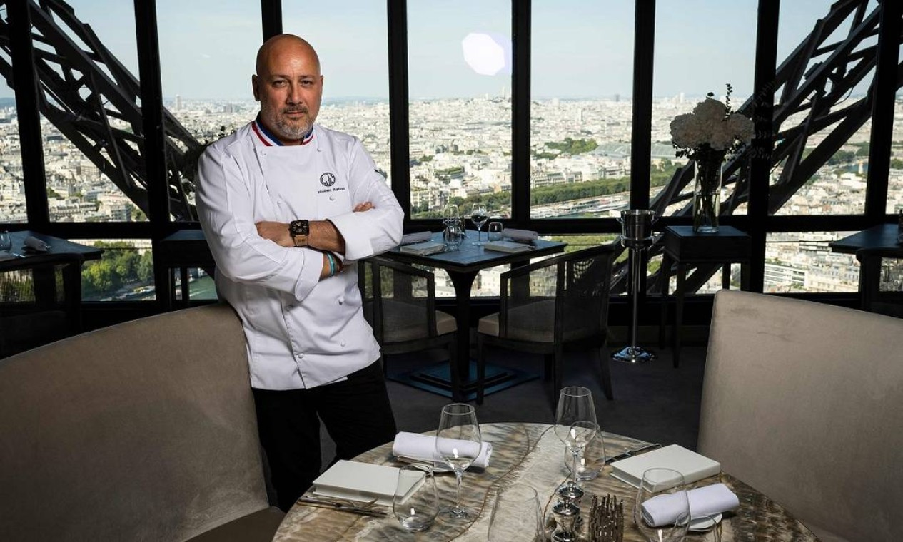 O chef francês chef Frédéric Anton posa no salão do Le Jules Verne, restaurante na Torre Effeil, em Paris, que ele passa a comandar Foto: LIONEL BONAVENTURE / AFP