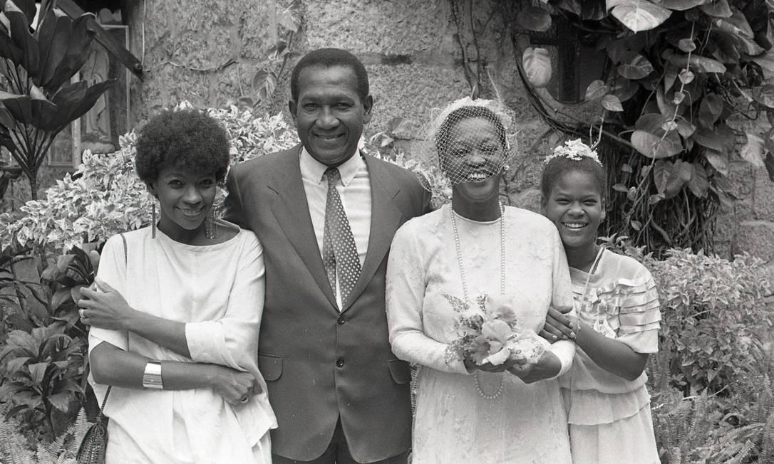"""Zezé Motta, Clementino Kelé, Ruth de Souza, em 1985, durante a novela """"Corpo a Corpo"""" - Zezé Motta, Clementino Kelé, Ruth de Souza Foto: Adir Mera / Agência O Globo"""