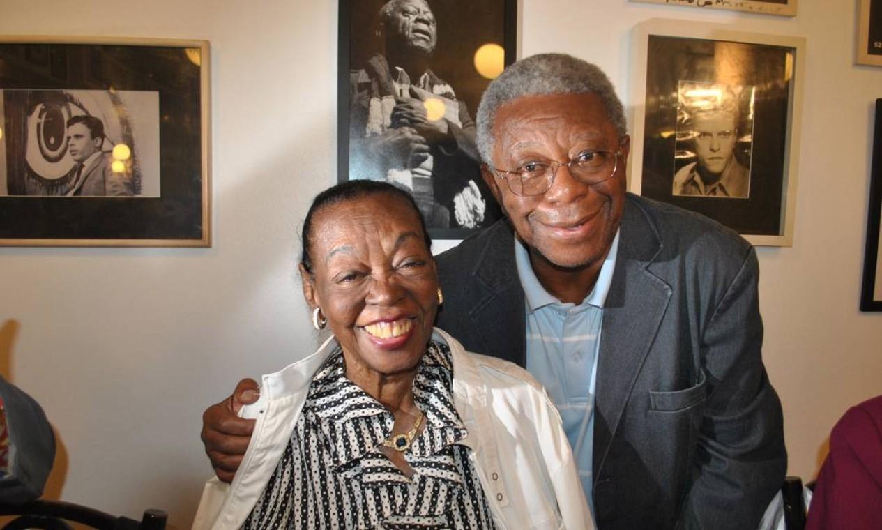 Ruth de Souza e Milton Gonçalves, em outubro de 2011, no aniversário do cartunista Ziraldo Foto: Armando Araújo /