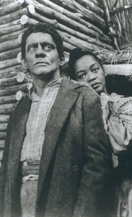 """Ruth de Souza e o ator Sérgio Cardoso na novela """"A cabana do Pai Tomás"""", de 1969, em que se tornou a primeira atriz negra a protagonizar um trama na TV brasileira Foto:"""