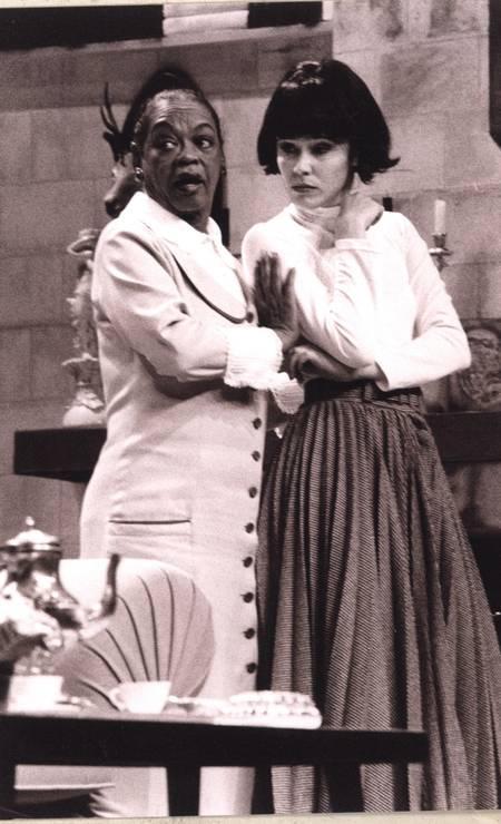 """Ruth de Souza e Juliana Martins na peça """"8 Mulheres"""", em 1999 Foto:"""