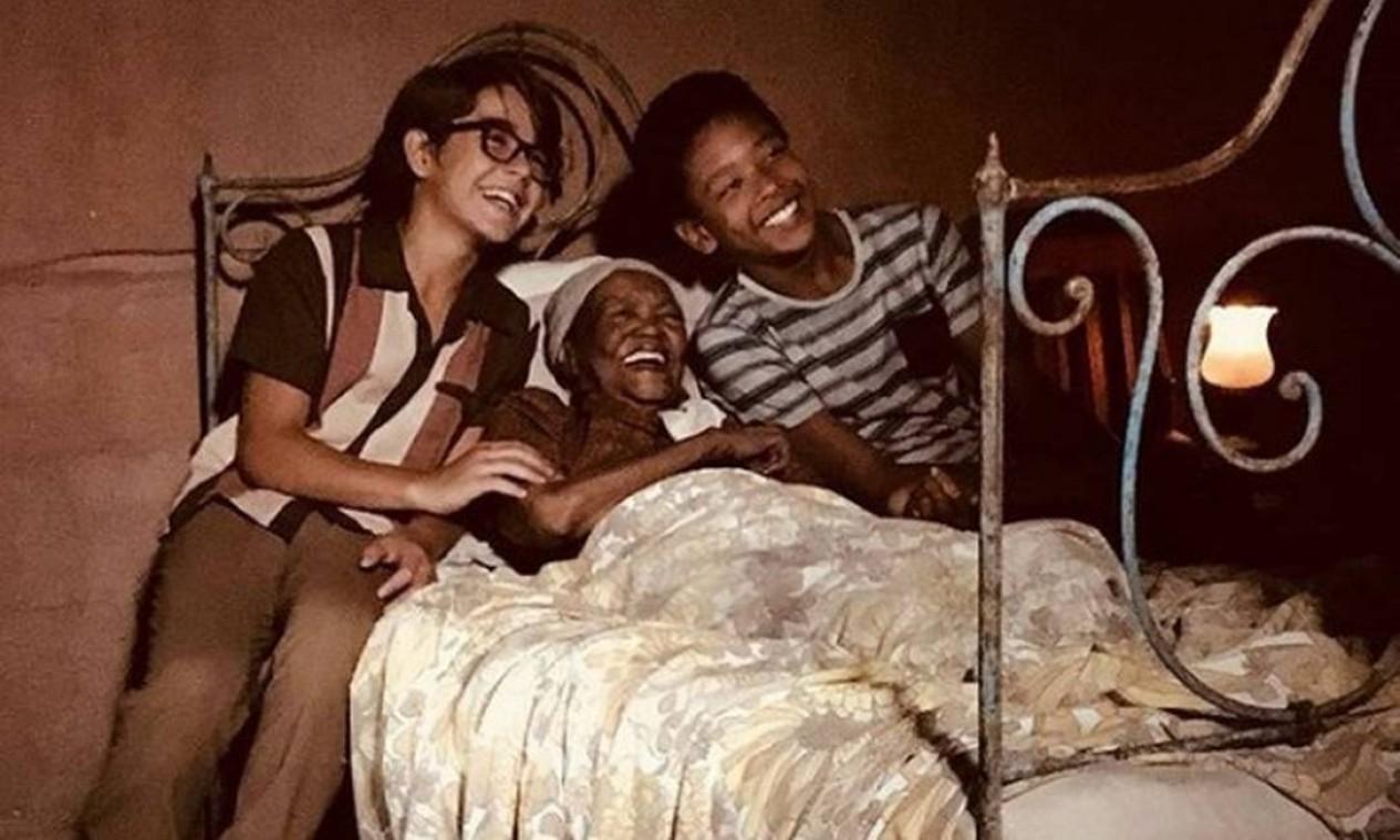 """Aos 96 anos, Ruth de Souza mostra pleno vapor com os atores Xande Valois e João Gabriel D'Aleluia, durante as gravações da série """"Se eu fechar os olhos agora"""" Foto: Divulgação /"""