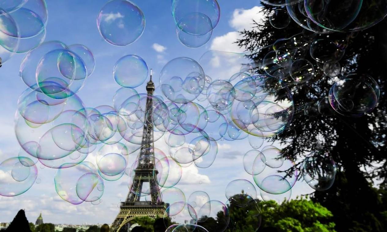 A Torre Eiffel vista atravérs de bolhas de sabão em Paris Foto: ALAIN JOCARD / AFP