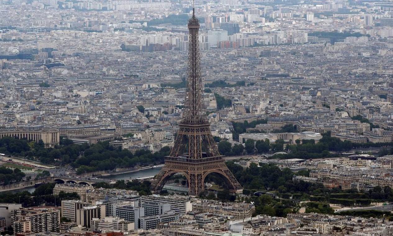 Mais uma imagem aérea do monumento, um dos símbolos de Paris Foto: PHILIPPE WOJAZER / REUTERS