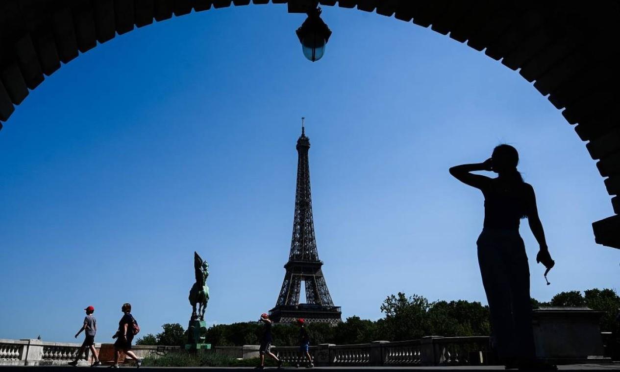 A torre vista de uma das pontes sobre o Rio Sena Foto: PHILIPPE LOPEZ / AFP