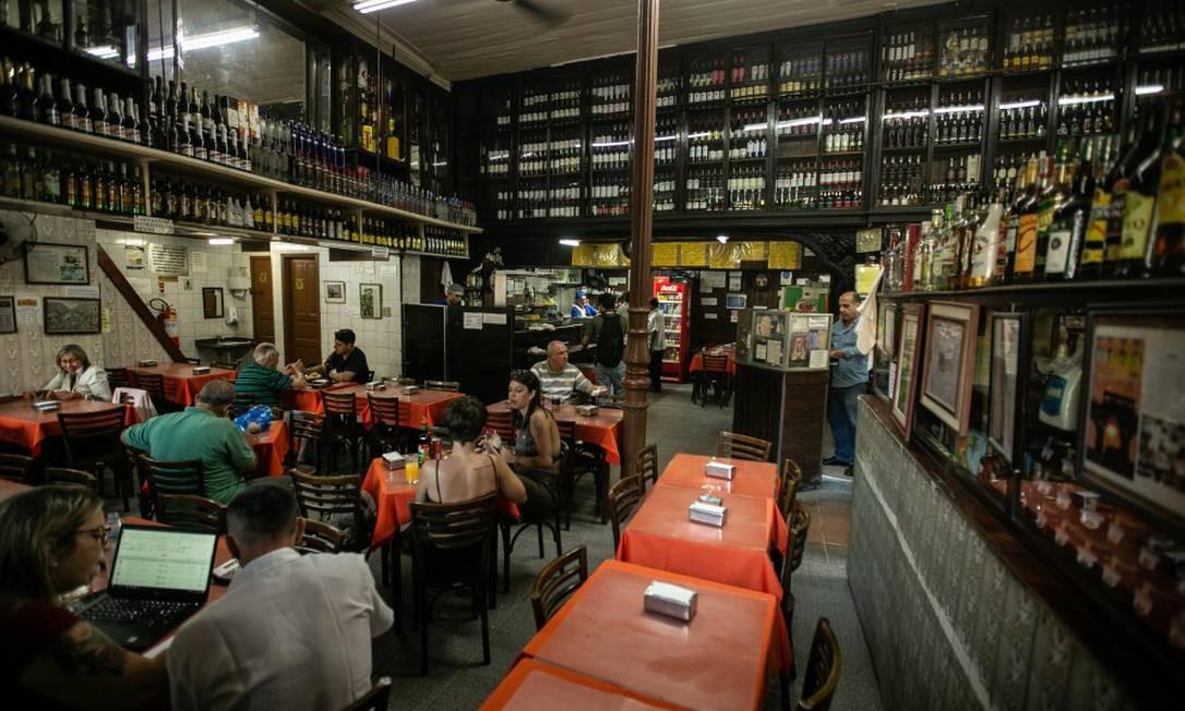 Casa Paladino, na Rua Uruguaiana, é dividida em ambientes: de um lado, o mercadinho, do outro, o salão Foto: BRENNO CARVALHO / Agência O Globo