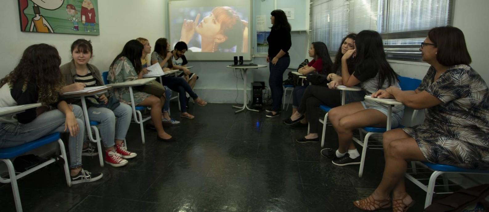 Aula de coreano no Yázigi, Tijuca, com exibição do clipe da banda de k-pop TWICE Foto: ROBERTO MOREYRA / Agência O Globo