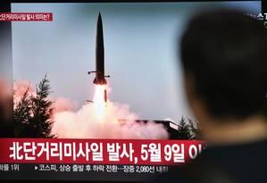 Homem observa em Seul reportagem sobre o teste de mísseis da Coreia do Norte Foto: JUNG YEON-JE / AFP