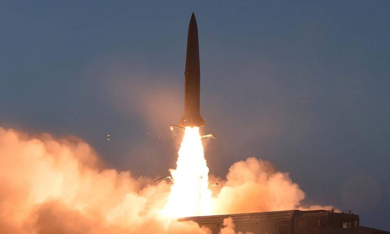 O lançamento de um novo tipo de míssil tático de curto alcance pela Coreia do Norte foi anunciado pela agência oficial KCNA Foto: KCNA VIA KNS / AFP