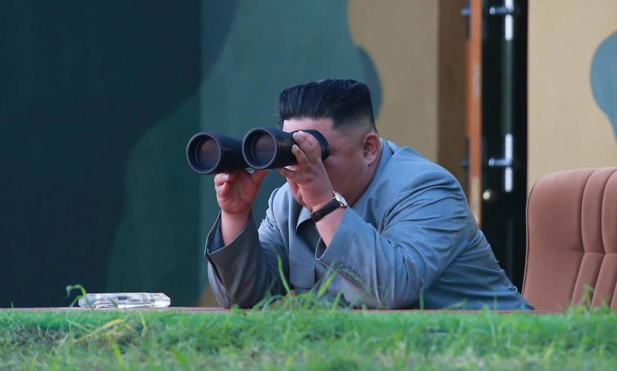 """O líder coreano Kim Jong-un, coordenou o lançamento dos mísseis de curto alcance. A KCNA divulgou que os testes são uma """"advertência solene"""" à Coreia do Sul sobre planos de realizar exercícios militares com os Estados Unidos Foto: KCNA VIA KNS / AFP"""