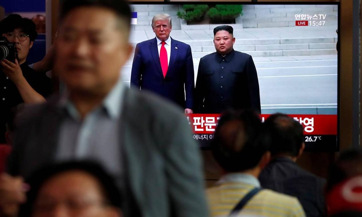 No encontro entre o ditador Kim Jong-un e o Donald Trump, na zona desmilitarizada que separa as duas Coreias, os dois líderes se comprometeram a conversar sobre o programa nuclear e de desenvolvimento de mísseis balísticos dos norte-coreanos Foto: Kim Hong-Ji / REUTERS