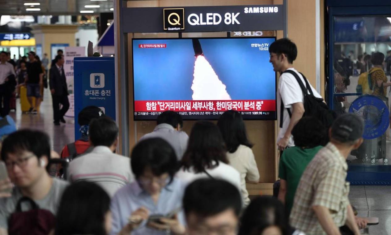 O lançamento dos mísseis foi divulgado nos telejornais da Coreia do Sul Foto: JUNG YEON-JE / AFP
