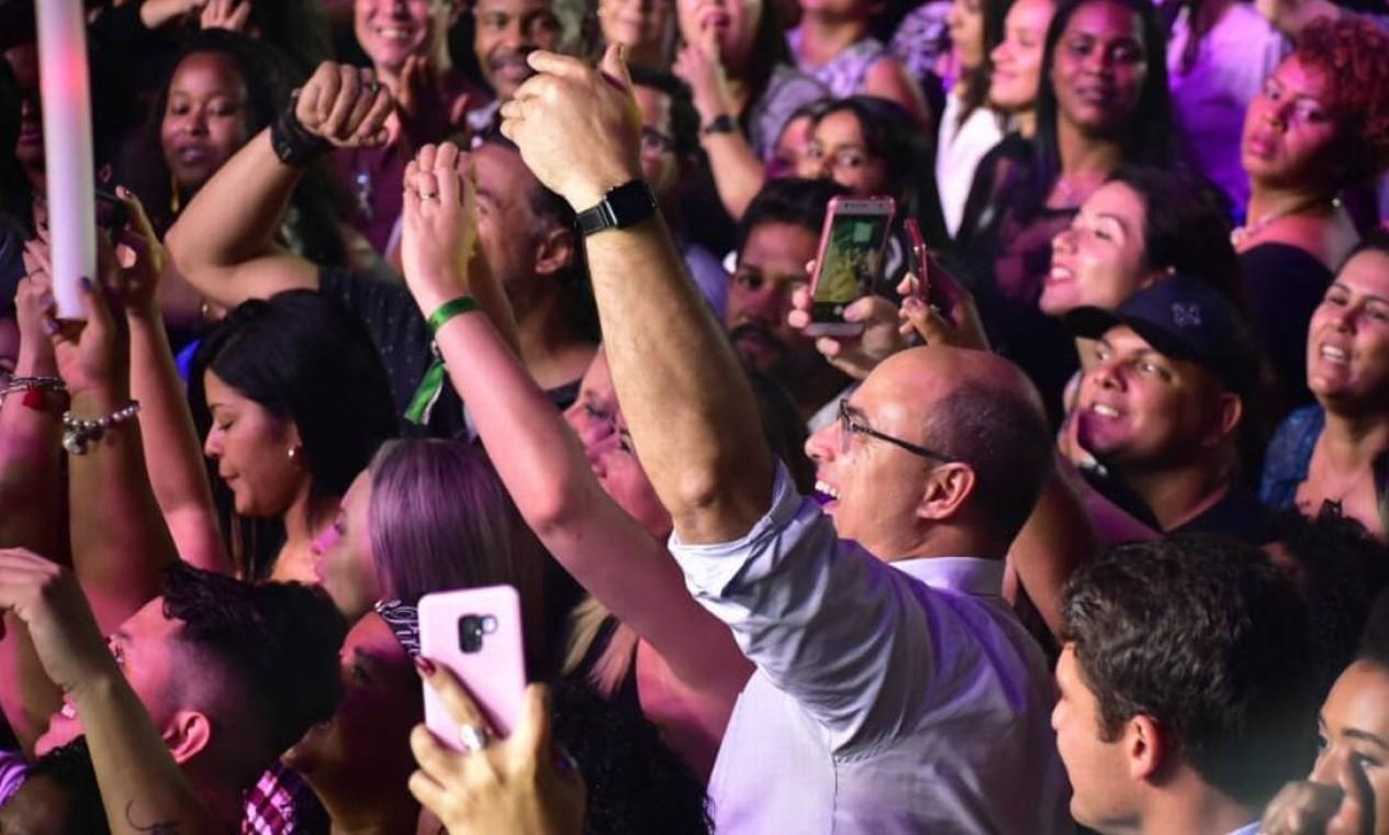 """Animado, o governador Wilson Witzel se diverte ao lado de fãs do cantor Alexandre Pires, no lançamento do DVD """"O baile do Nêgo Véio"""" em 25 de julho Foto: Reprodução"""