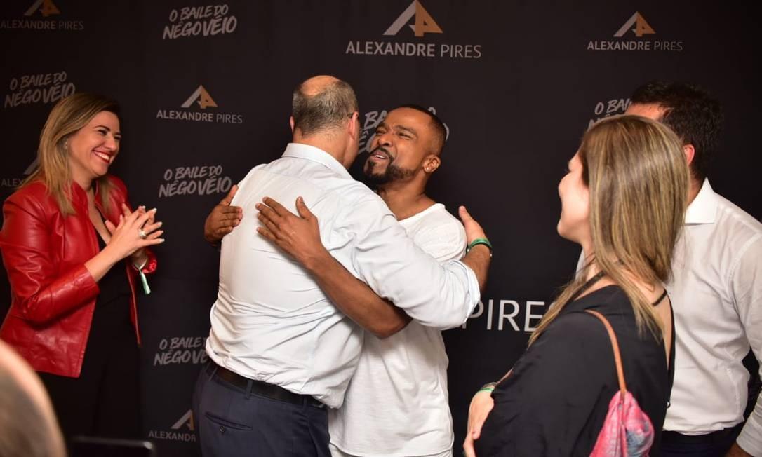 Wiztel abraça Alexandre Pires. A primeira-dama Helena observa os dois Foto: Reprodução