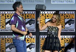 O cineasta Taika Waititi e a atriz Natalie Portman durante evento da Marvel na Comic-Con Foto: KEVIN WINTER / AFP