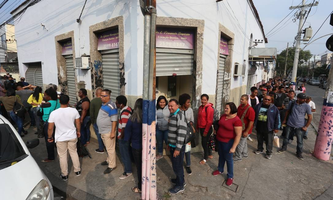 A fila de candidatos chegou a dobrar a esquina Foto: Fabiano Rocha / Agência O Globo