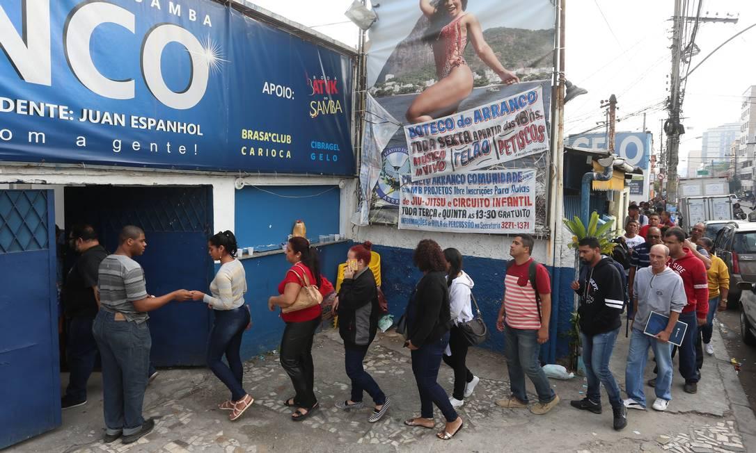 Distribuição de senhas começou no início da manhã Foto: Fabiano Rocha / Agência O Globo