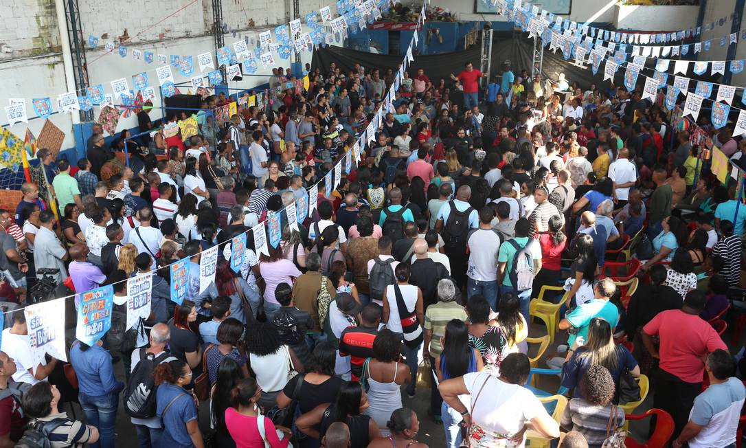 Feirão de emprego na quadra da escola de samba Arranco, no Engenho de Dentro, atraiu cerca de 1.300 pessoas Foto: Fabiano Rocha / Agência O Globo