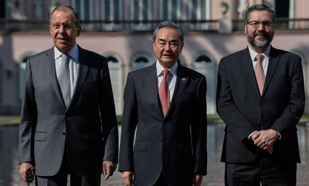 O chanceler russo, Sergey Lavrov, e o chinês Wang Yi ao lado de Ernesto Araujo, no Palácio do Itamaraty Foto: MAURO PIMENTEL / AFP