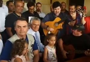 Bolsonaro almoça com Amado Batista, que cantou e tocou violão sentado ao lado do presidente Foto: Reprodução / Facebook