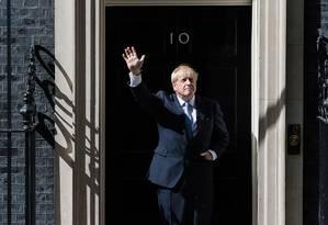 Boris Johnson acena diante da famosa porta preta da residência oficial do primeiro-ministro britânico, nº10 da Downing Street, em Londres. Foto: WIktor Szymanowicz / NurPhoto via Getty Images
