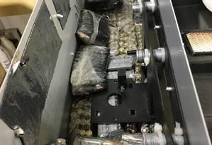 Munição calibre 7,62mm estavam escondidas no interior de churrasqueira elétrica Foto: Divulgação PF
