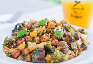 Crocante. O grão-de-bico assado é a estrela da salada Croc Croc, da DoJour. A criação também é feita com curry, páprica, berinjela, couve flor, brócolis, hortelã, alho poró e nozes e sai por R$ 22