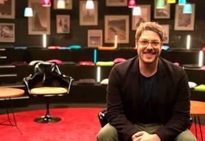 O comediante Fábio Porchat posa no cenário do seu novo programa de TV Foto: divulgação/wee! digital