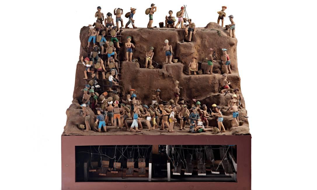 """""""Serra pelada"""", escultura animada de Adalton Lopes, está entre as peças expostas na mostra """"Inundação"""" Foto: Lucas Van de Beuque / Divulgação"""