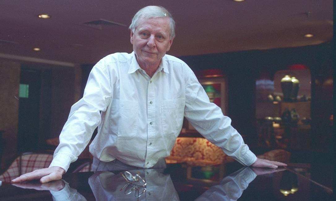 O escritor alemão Hans Magnus Enzensberger em 1995 Foto: Sérgio Tomisaki / Agência O Globo