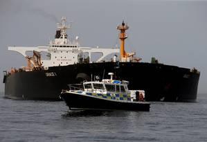 Petroleiro operado pelo Irã Grace 1 segue ancorado perto da costa de Gibraltar, após ser capturado pela Marinha britânica. Teerã critica pressão sobre sua indústria do petróleo e ameaça reagir se não puder negociar seu produto Foto: Jon Nazca / REUTERS