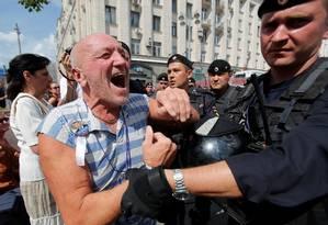 Homem é detido por policial durante manifestação em Moscou Foto: MAXIM SHEMETOV / REUTERS