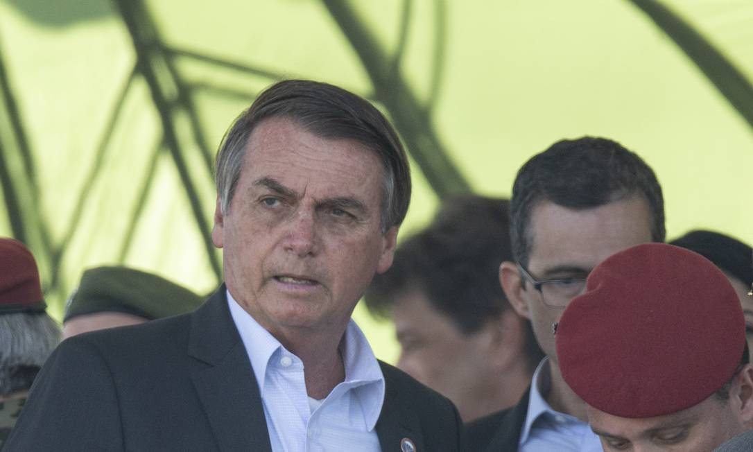 O presidente Jair Bolsonaro participou neste sábado de soleninade de formatura de novos paraquedistas no 26º Batalhao de Infantaria Paraquedista na Vila Militar Foto: Alexandre Cassiano / Agência O Globo