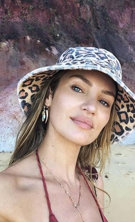Animal print também no chapéu de Candice Foto: Reprodução