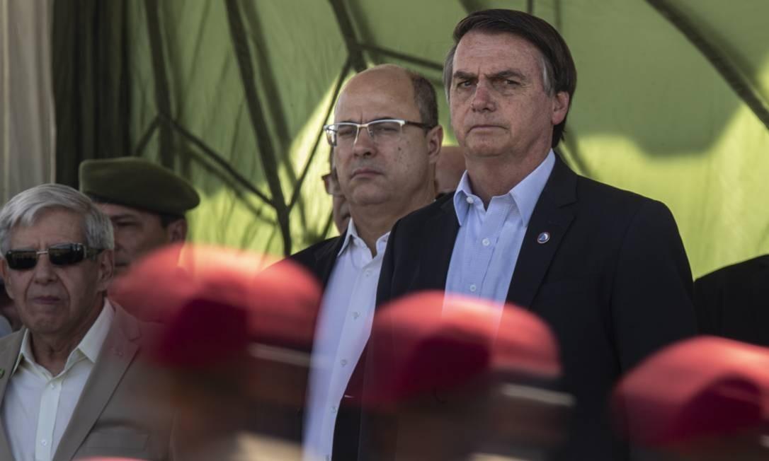 O presidente Jair Bolsonaro participa de formatura de novos paraquedistas na Vila Militar, ao lado do governador Wilson Witzel Foto: Alexandre Cassiano / Agência O Globo