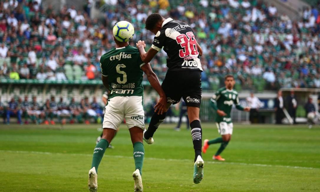 Marrony (D) na disputa bola de bola com Thiago Santos Foto: Carlos Gregório Jr/ Vasco.com.br