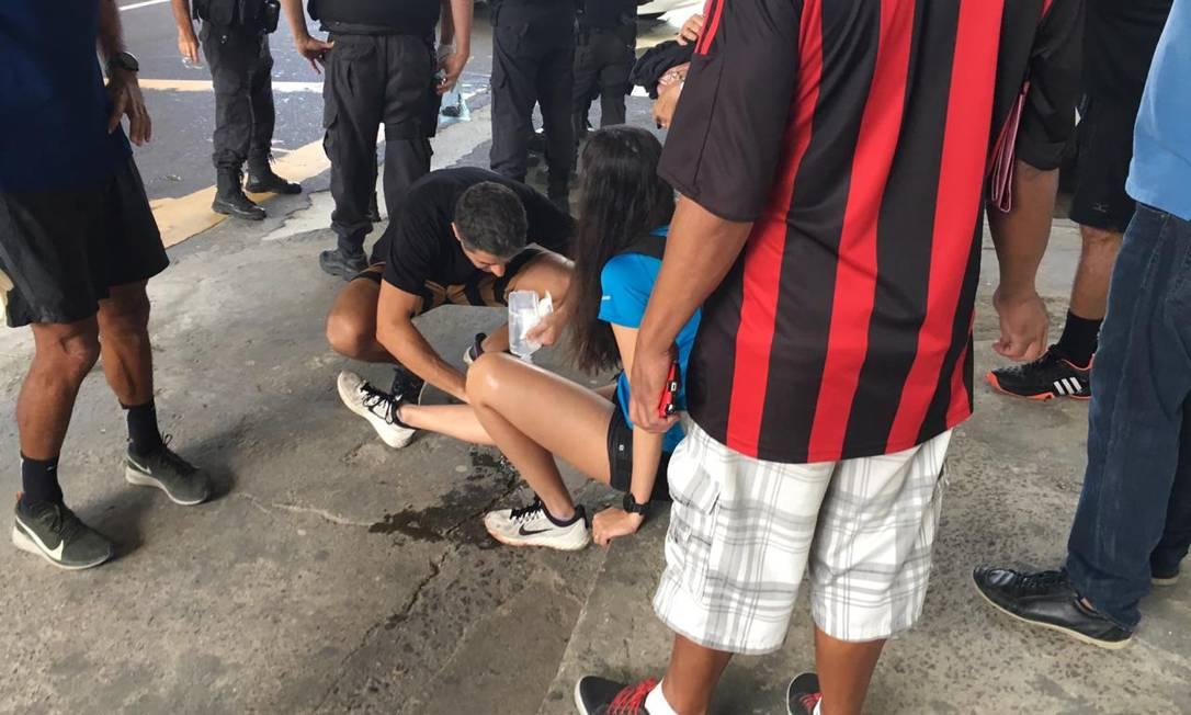 Caroline Moutinho sendo atendida ainda no local Foto: Reprodução