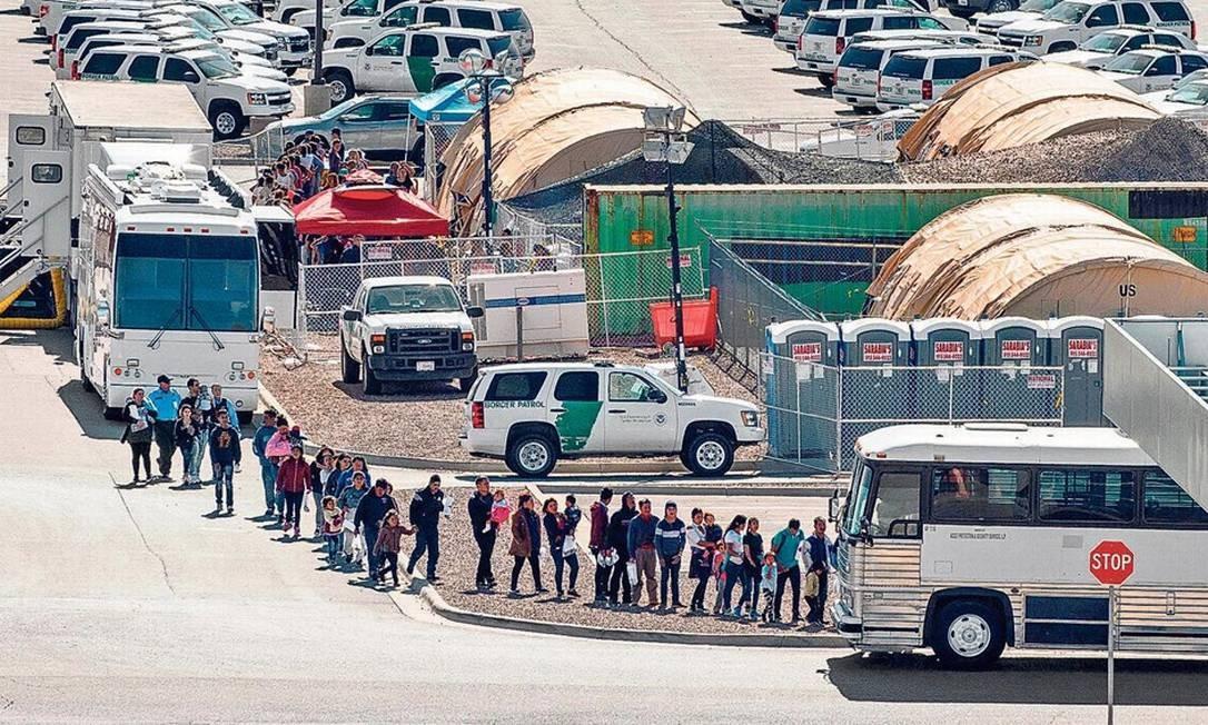 Imigrantes aguardam para serem transferidos a outro abrigo, após deixarem Estação de Patrulha da Fronteira do Texas, em El Paso: deportação de brasileiros pode aumentar Foto: PAUL RATJE/AFP/27-4-2019
