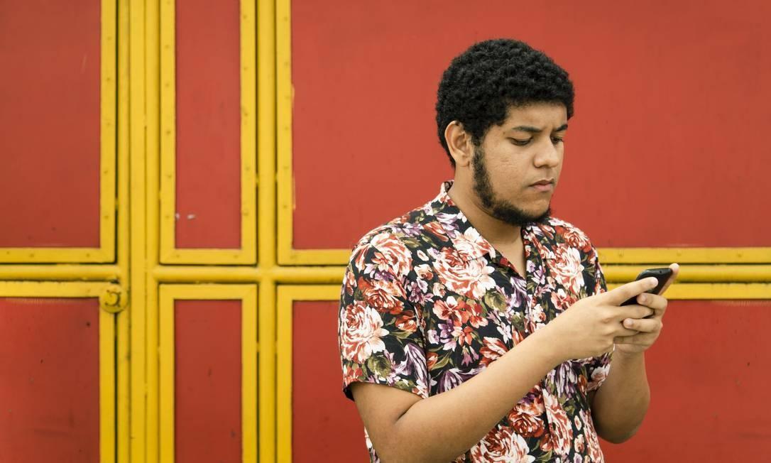 Usuário de smartphones para acessar a internet, Lucas Bitar, de 20 anos, teve que aprender a lidar com o computador numa ONG. Foto: Leo Martins / Agência O Globo